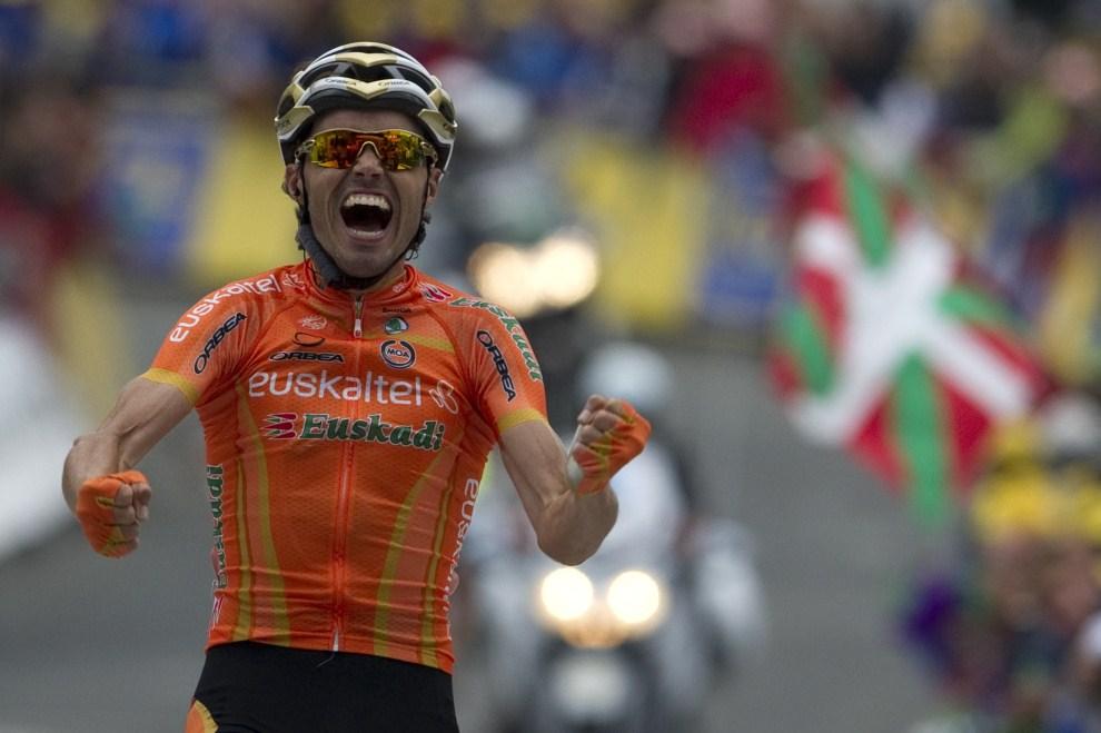 15. FRANCJA, Luz-Saint-Sauveur, 14 lipca 2011: Samuel Sanchez cieszy się ze zwycięstwa w dwunastym etapie. AFP PHOTO / PASCAL PAVANI