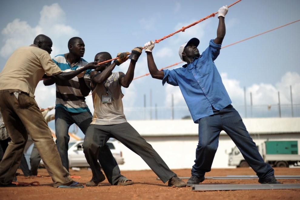 15. SUDAN, Dżuba, 7 lipca 2011: Mężczyźni ustawiają namiot w pobliżu miejsca, gdzie odbędą się oficjalne uroczystości państwowe. AFP PHOTO/ROBERTO SCHMIDT