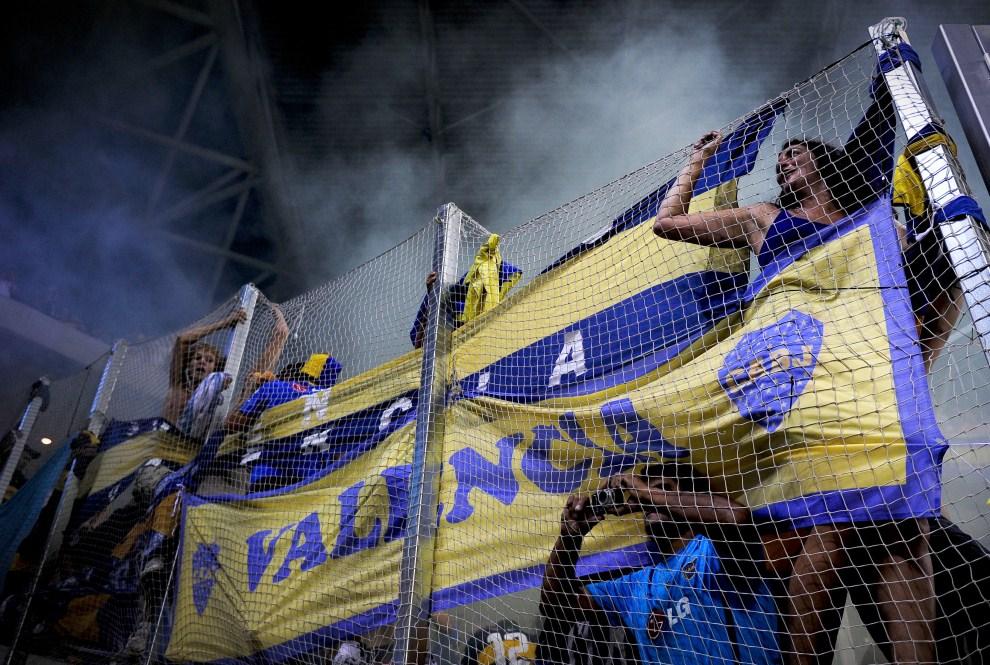 15. HISZPANIA, Cornellá, 27 lipca 2011: Kibice Boca Junior podczas meczu towarzyskiego z zespołem RCD Espanyol. AFP PHOTO / JOSEP LAGO