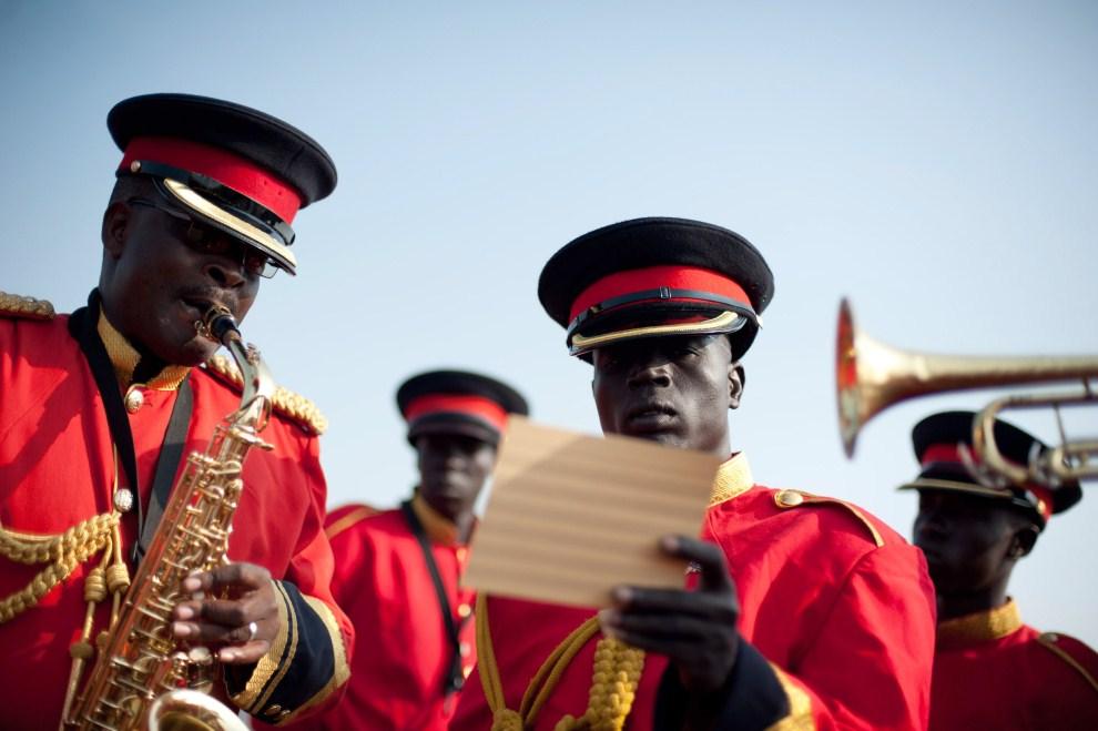 16. SUDAN, Dżuba, 5 lipca 2011: Muzycy z orkiestry wojskowej ćwiczą przed  uroczystą paradą. AFP PHOTO/PHIL MOORE