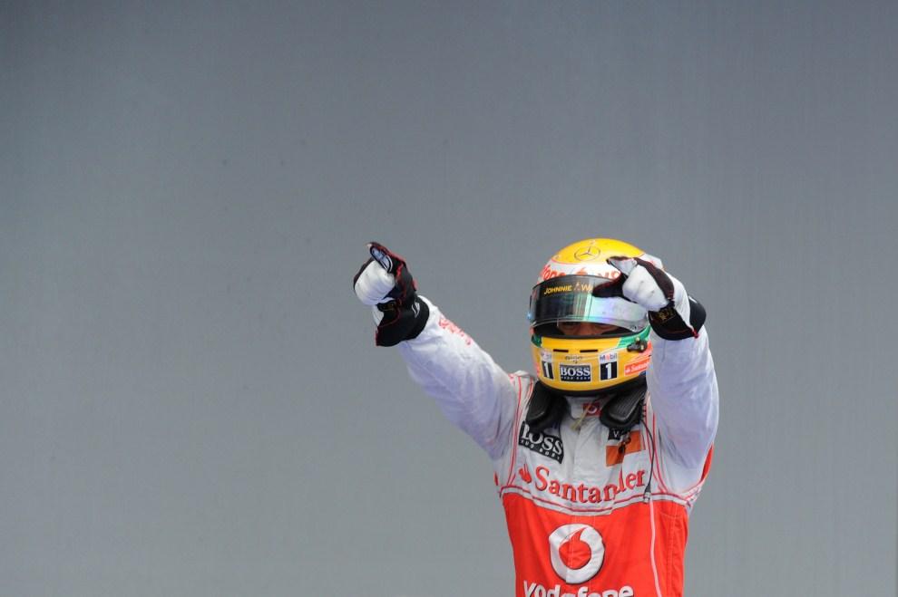 17. NIEMCY, Nürburg, 24 lipca 2011: Lewis Hamilton (McLaren Mercedes) cieszy się ze zwycięstwa na Nurburgring. AFP PHOTO / PATRIK STOLLARZ