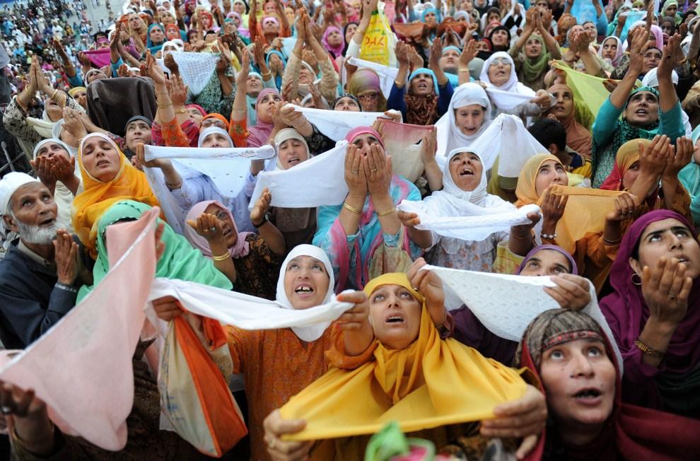 17. INDIE, Śrinagar, 8 lipca 2011: Kaszmirscy muzułmanie modlą się obok relikwiarza z włosem z brody proroka Mahometa. AFP PHOTO/Rouf BHAT