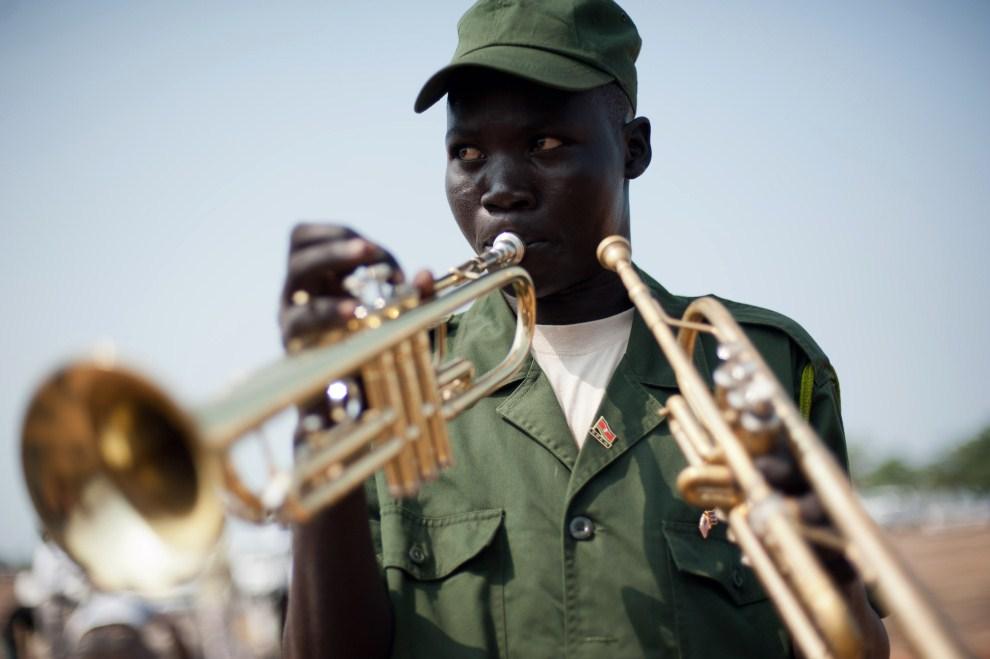 17. SUDAN, Dżuba, 7 lipca 2011: Trębacz podczas próby przed paradą z okazji uzyskania niepodległości. AFP PHOTO/PHIL MOORE