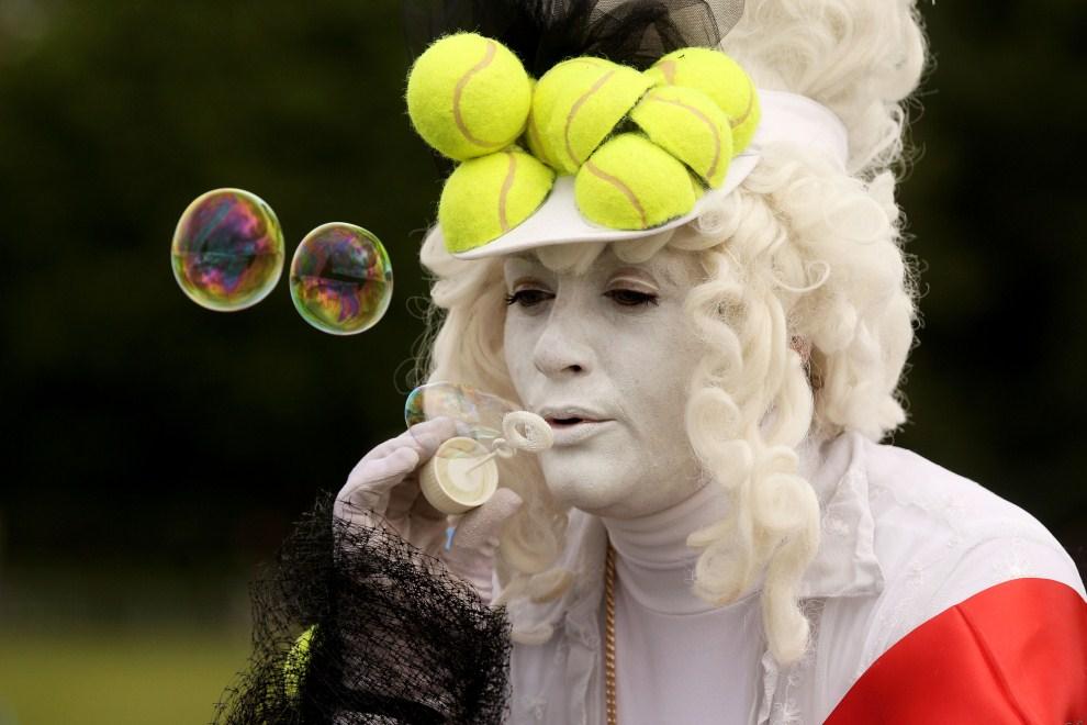 17. WIELKA BRYTANIA, Londyn, 21 czerwca 2011: Fan tenisa podczas drugiego dnia turnieju. (Foto: Oli Scarff/Getty Images)
