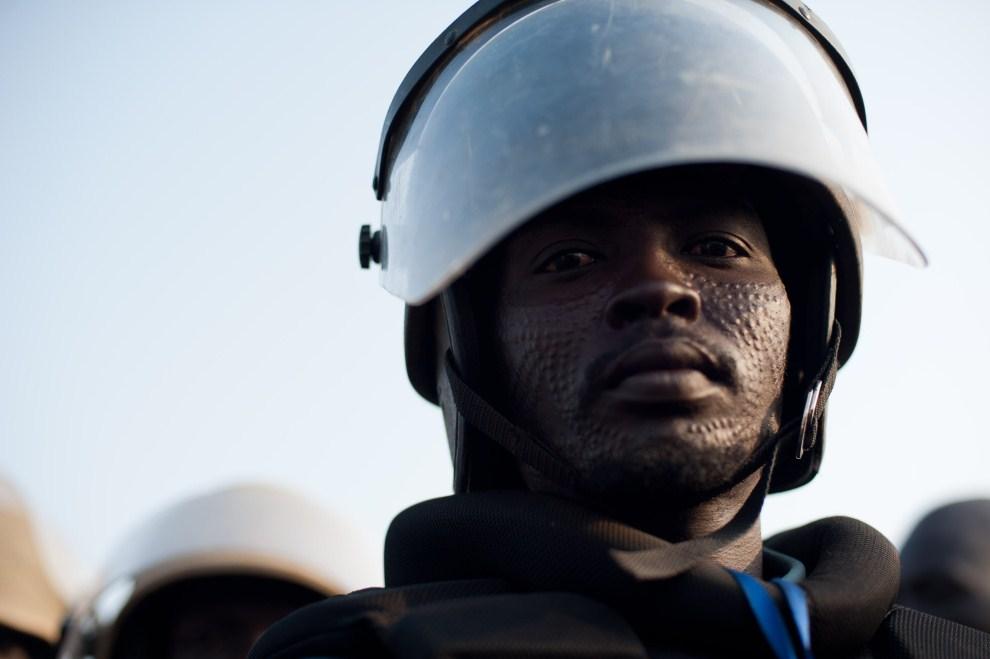 18. SUDAN, Dżuba, 9 lipca 2011: Policjant pilnuje porządku podczas uroczystości. AFP PHOTO/PHIL MOORE