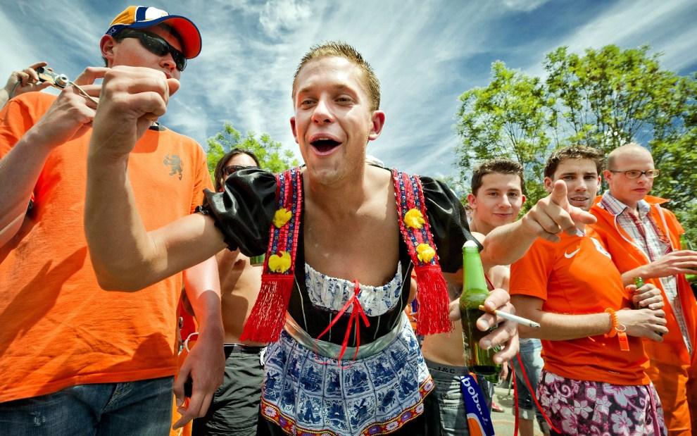 18. FRANCJA, Modane, 22 lipca 2011: Grupa holenderskich fanów na trasie z Modane do Alpe-d'Huez. EPA/KOEN VAN WEEL Dostawca: PAP/EPA.