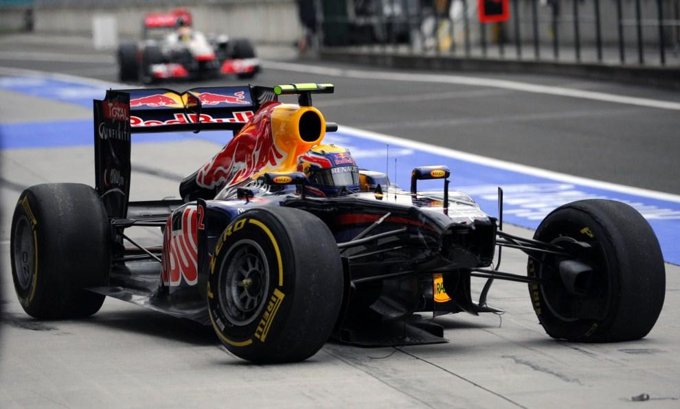 19. WĘGRY, Budapeszt, 29 lipca 2011: Mark Webber w alei serwisowej po wypadku na Hungaroring podczas treningu przed  Grand Prix Węgier. AFP PHOTO / DIMITAR DILKOFF