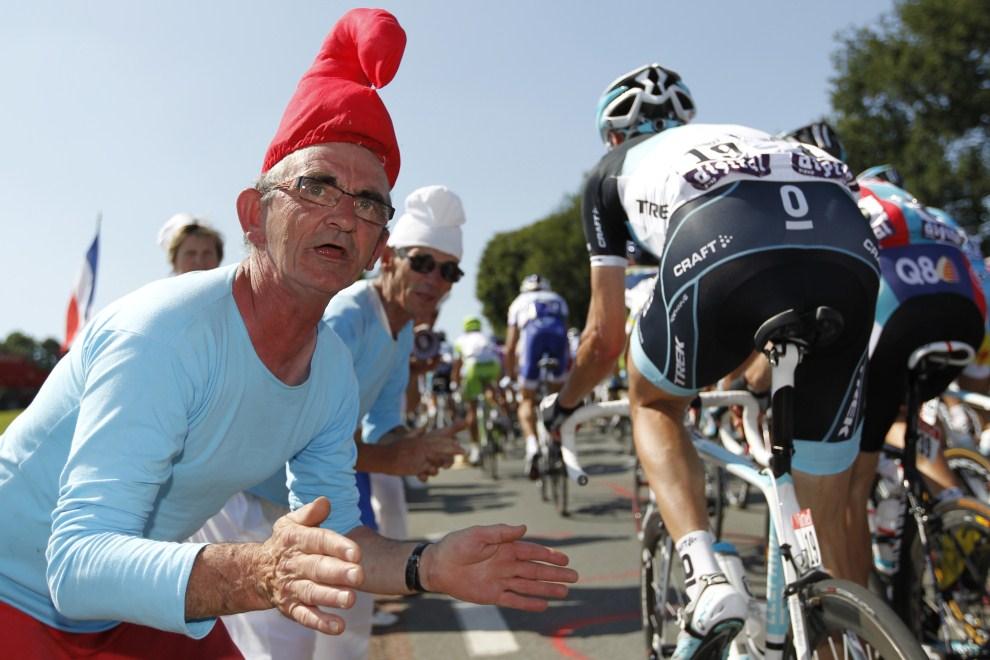 19. FRANCJA, Les Herbiers, 2 lipca 2011: Kibice w przebraniu Smerfów na trasie pierwszego etapu. AFP PHOTO / JOEL SAGET