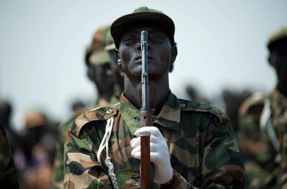 19. SUDAN, Dżuba, 7 lipca 2011: Żołnierz w trakcie próby pred oficjalnymi uroczystościami państowywymi. AFP PHOTO/PHIL MOORE