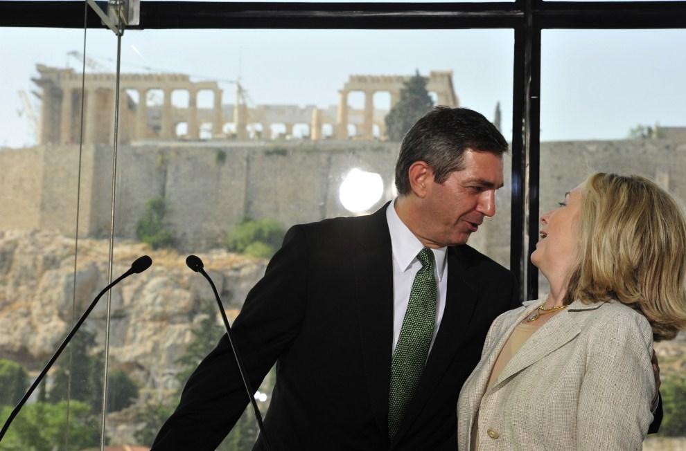 19. GRECJA, Ateny, 17 lipca 2011: Sekretarz stanu USA Hillary Clinton podczas spotkania z ministrem spraw zagranicznych Grecji -  Stavrosem Lambrinidisem. AFP PHOTO / ARIS   MESSINIS
