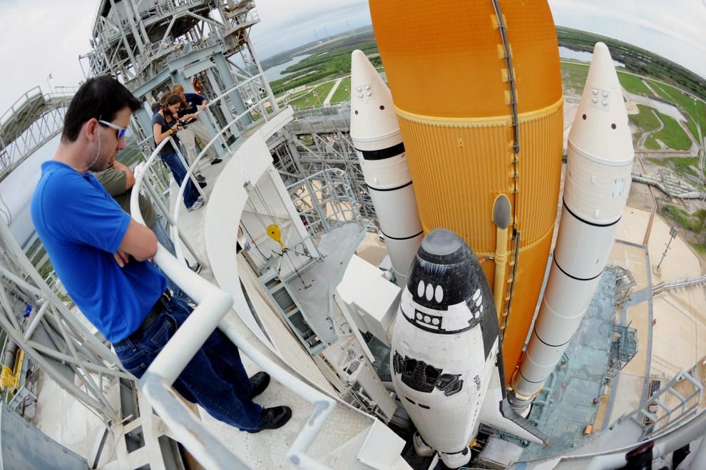 19. USA, Przylądek Canaveral, 7 lipca 2011: Inspekcja promu Atlantis przed jego ostatnią misją. AFP PHOTO/Stan HONDA