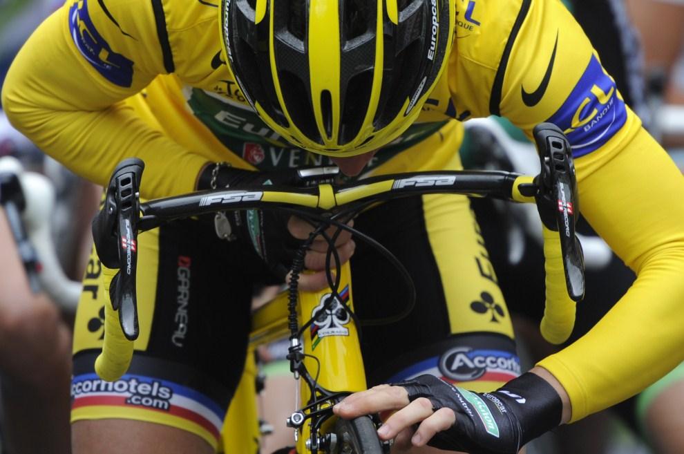 1. FRANCJA, Limoux, 17 lipca 2011: Thomas Voeckler w żółtej koszulce lidera klasyfikacji na starcie do etapu TDF. AFP PHOTO / LIONEL BONAVENTURE