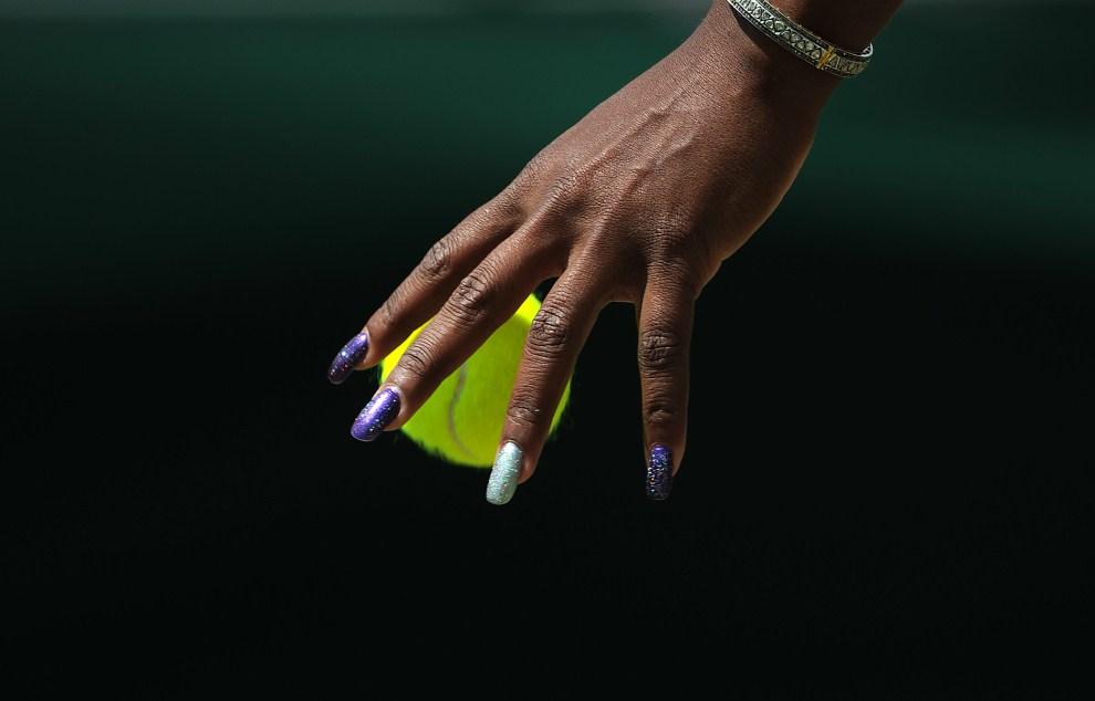 1. WIELKA BRYTANIA, Londyn, 23 czerwca 2011: Serena Williams odbija piłkę w meczu z Simoną Halep. AFP PHOTO/CARL DE SOUZA