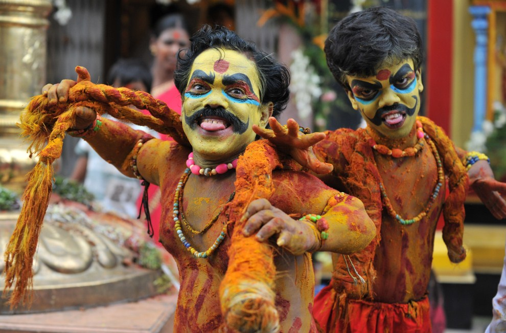 1. INDIE, Hyderabad, 25 lipca 2011: Artyści, Ashok i Vinay, w przebraniu  Potharaju, brata bogini Mahakali. AFP PHOTO / Noah SEELAM