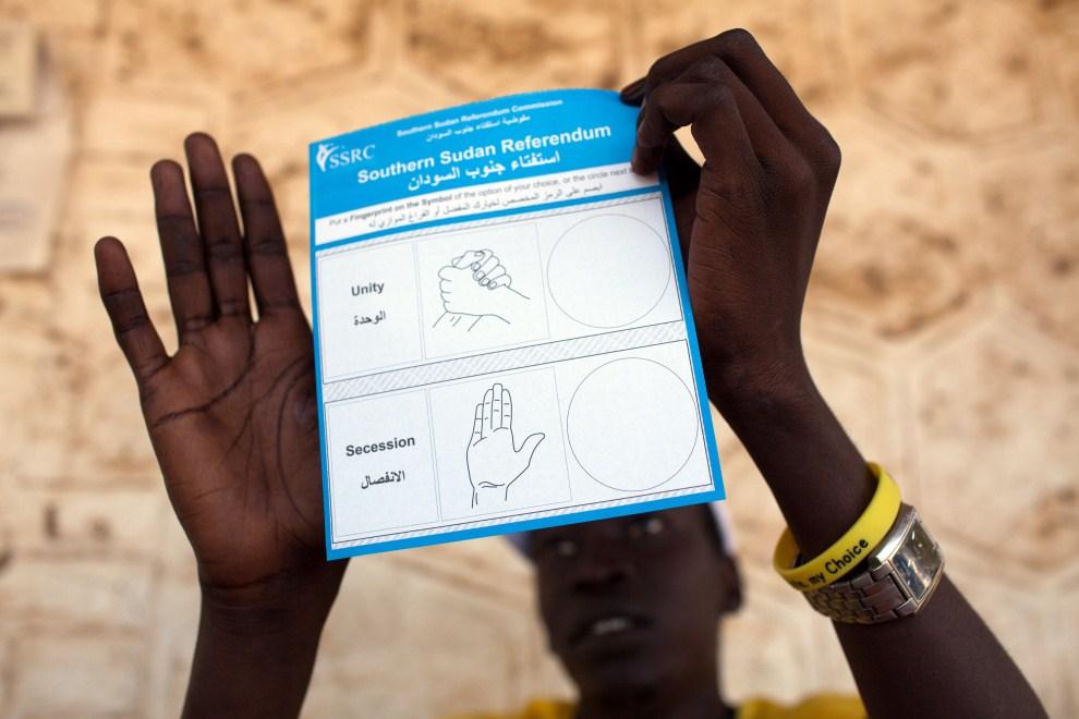 1. SUDAN, Dżuba, 12 stycznia 2011: Karta do głosowania w referendum w sprawie niepodległości Sudanu Południowego. AFP PHOTO/Yasuyoshi CHIBA