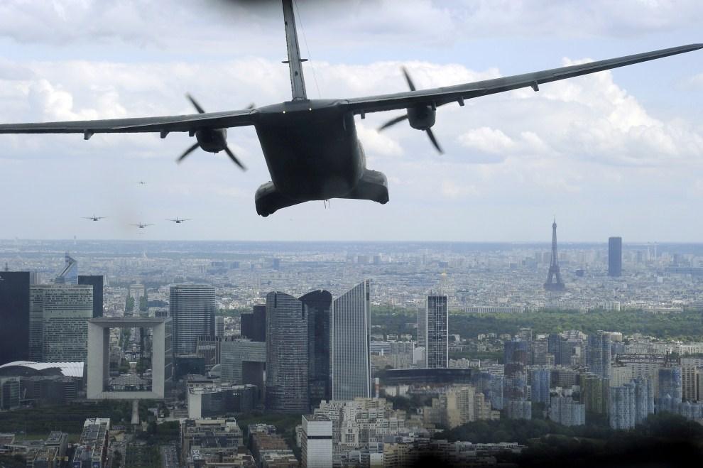 1. FRANCJA, Paryż, 6 lipca 2011: Próba generalna przed paradą lotniczą z okazji Dnia Bastylii. AFP PHOTO / BERTRAND GUAY