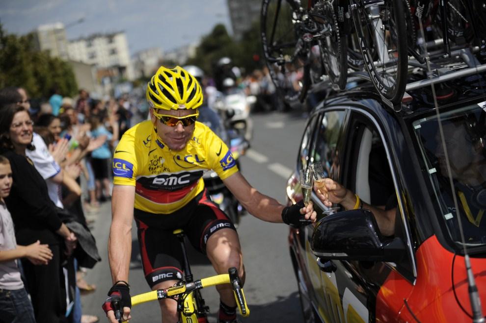 20. FRANCJA, Paryż, 24 lipca 2011: Cadel Evans świętuje zwycięstwo w Tour de France. AFP PHOTO / LIONEL BONAVENTURE