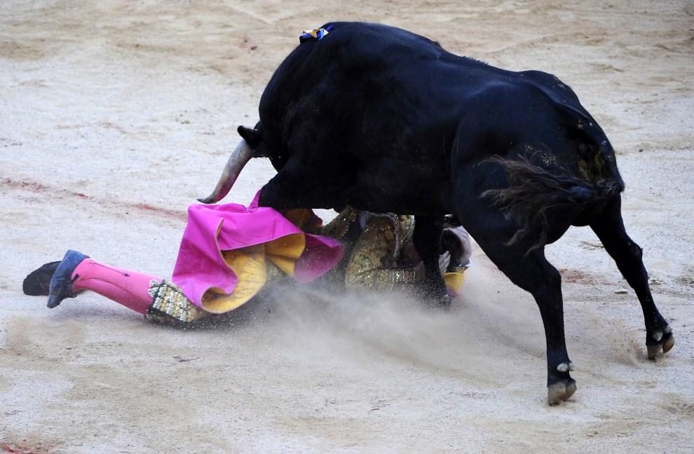 20. HISZPANIA, Pampeluna, 7 lipca 2011: Arturo Saldivar tratowany przez byka podczas korridy z okazji Sanfermines. AFP PHOTO / ANDER GILLENEA