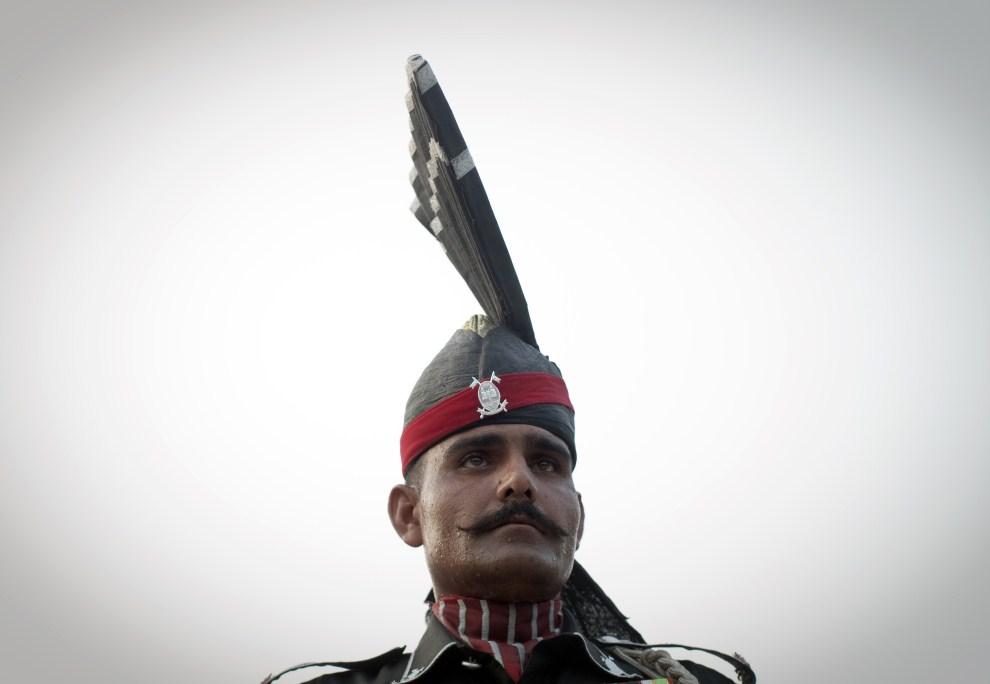 20. PAKISTAN, Wagha, 17 lipca 2011: Pakistański żołnierz na posterunku w pobliżu granicy z Indiami. AFP PHOTO/BEHROUZ MEHRI