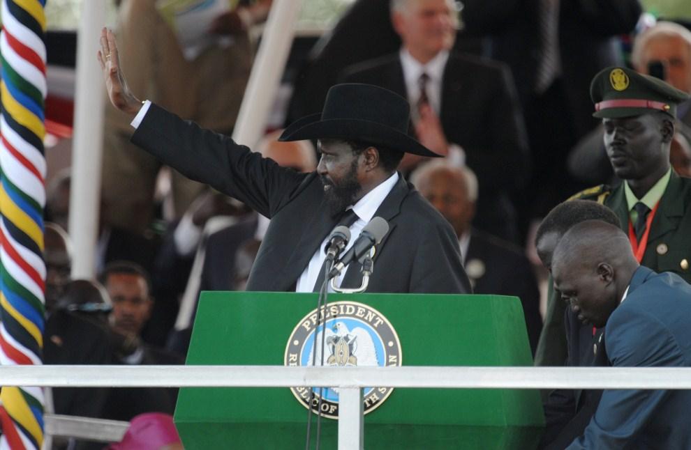 21. SUDAN, Dżuba, 9 lipca 2011: Prezydent Sudanu Południowego -  Salva Kiir – pozdrawia tłum zebrany na uroczystości państwowej z okazji uzyskania niepodległości. AFP   PHOTO/PHIL MOORE