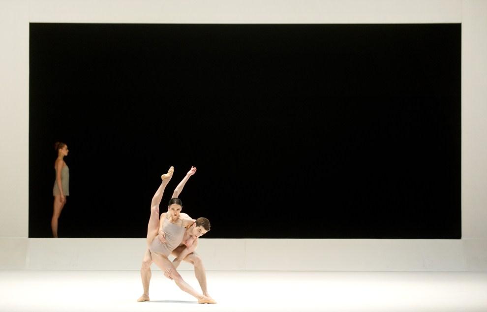 """21. ROSJA, Moskwa, 20 lipca 2011: Próba przed wystawieniem  """"Chroma"""" w Teatr Bolszoj. AFP PHOTO / DMITRY KOSTYUKOV"""
