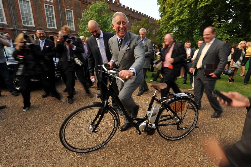 21. WIELKA BRYTANIA, Londyn, 27 lipca 2011: Książę Karol na rowerze w Clarence House. AFP PHOTO / POOL / Ben Stansall