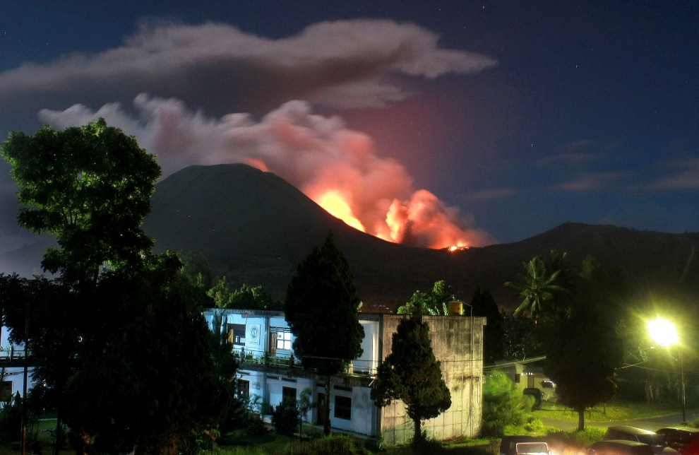 21. INDONEZJA, Tomohon, 14 lipca 2011: Erupcja wulkanu Lokon w pobliżu Tomohon. AFP PHOTO / TENGKU