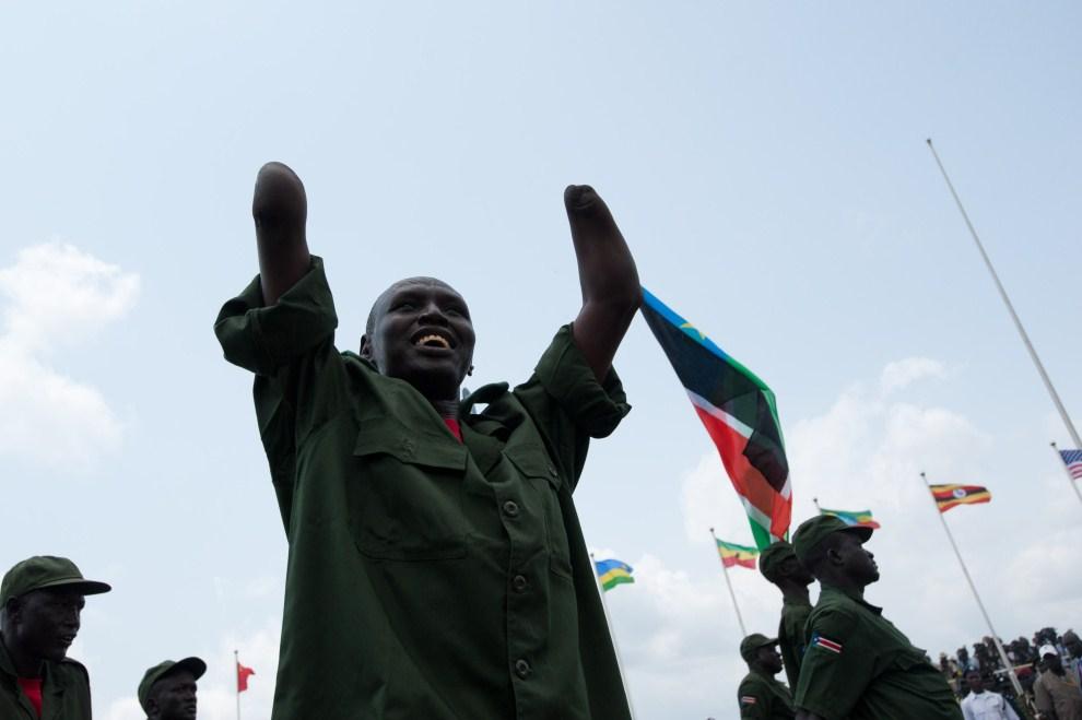 22. SUDAN, Dżuba, 9 lipca 2011: Weteran Ludowej Armii Wyzwolenia Sudanu świętuje uzyskanie niepodległości. AFP PHOTO/PHIL MOOR