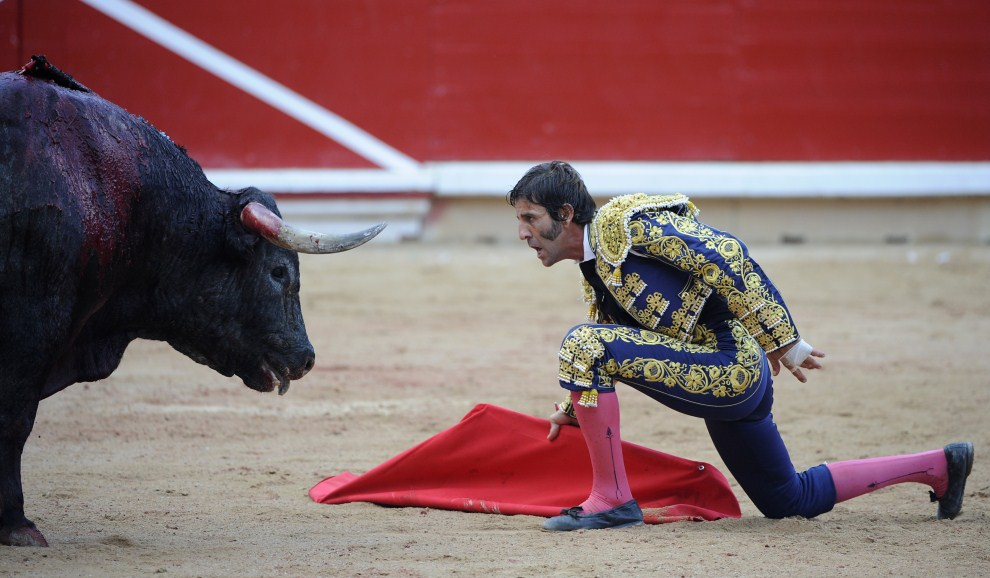 22. HISZPANIA, Pampeluna, 11 lipca 2011: Juan Jose Padilla w trakcie walki na arenie w Pampelunie. AFP PHOTO / ANDER GILLENEA