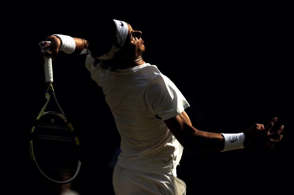 22. WIELKA BRYTANIA, Londyn, 1 lipca 2011: Rafael Nadal serwuje piłkę podczas jedenastego dnia turnieju. (Foto: Michael Regan/Getty Images)