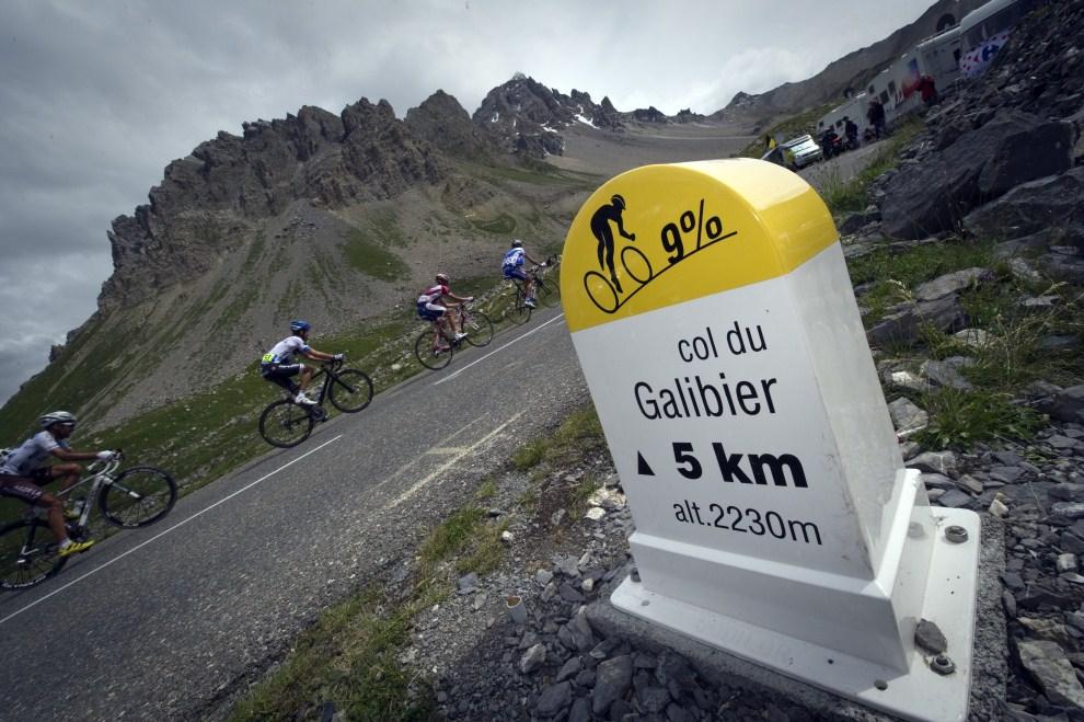 23. FRANCJA, Huez, 22 lipca 2011: Kolarze na górskim odcinku z Modane Valfrejus do Alpe d'Huez. AFP PHOTO / LIONEL BONAVENTURE