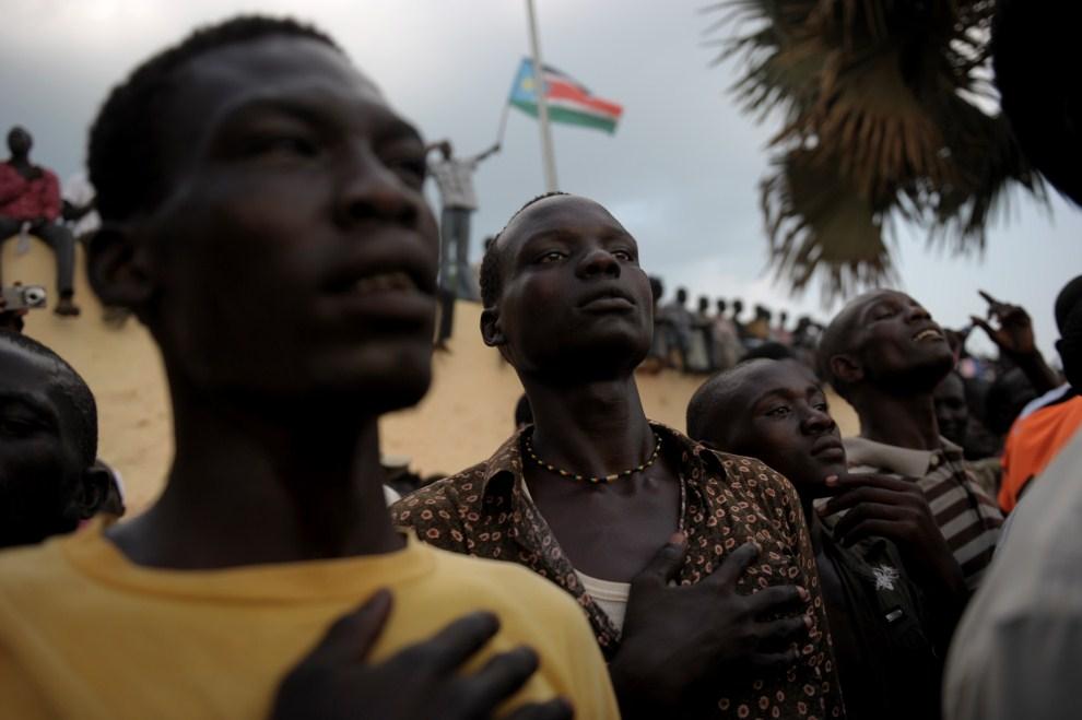 23. SUDAN, Dżuba, 10 lipca 2011: Południowi Sudańczycy podczas śpiewania hymnu państwowego. AFP PHOTO/ROBERTO SCHMIDT
