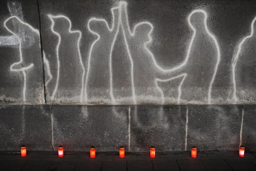 23. NIEMCY, Duisburg, 24 lipca 2011: Znicze i graffiti w tunelu, gdzie przed rokiem doszło do tragedii w czasie Parady Miłości. (Foto: Thomas Starke/Getty Images)