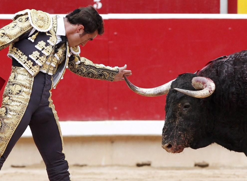 """23. HISZPANIA, Pampeluna, 13 lipca 2011: David Fandila """"El Fandi"""" w trakcie walki z bykiem. EPA/JESUS DIGES Dostawca: PAP/EPA."""