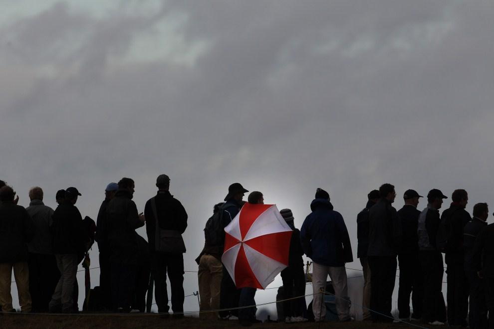 24. WIELKA BRYTANIA, Sandwich, 16 lipca 2011: Kibice zebrani na polu golfowym w trakcie  British Open. AFP PHOTO / ADRIAN DENNIS