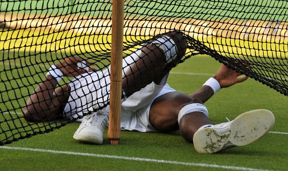 24. WIELKA BRYTANIA, Londyn, 22 czerwca 2011: Upadek Gaela Monfilsa. AFP PHOTO / BEN STANSALL