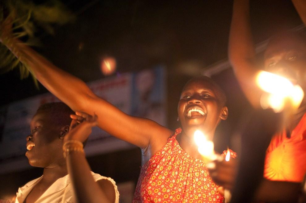 24. SUDAN, Dżuba, 9 lipca 2011: Południowi Sudańczycy cieszą się uzyskanej niepodległości. AFP PHOTO/PHIL MOORE