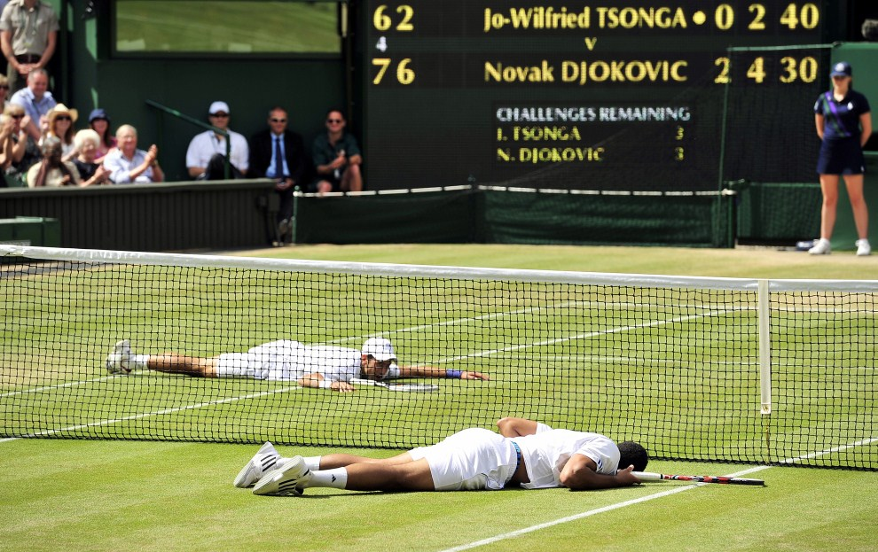 25. WIELKA BRYTANIA, Londyn, 1 lipca 2011: Novak Đoković (po lewej) i Jo-Wilfried Tsonga leżą na korcie. AFP PHOTO / GLYN KIRK