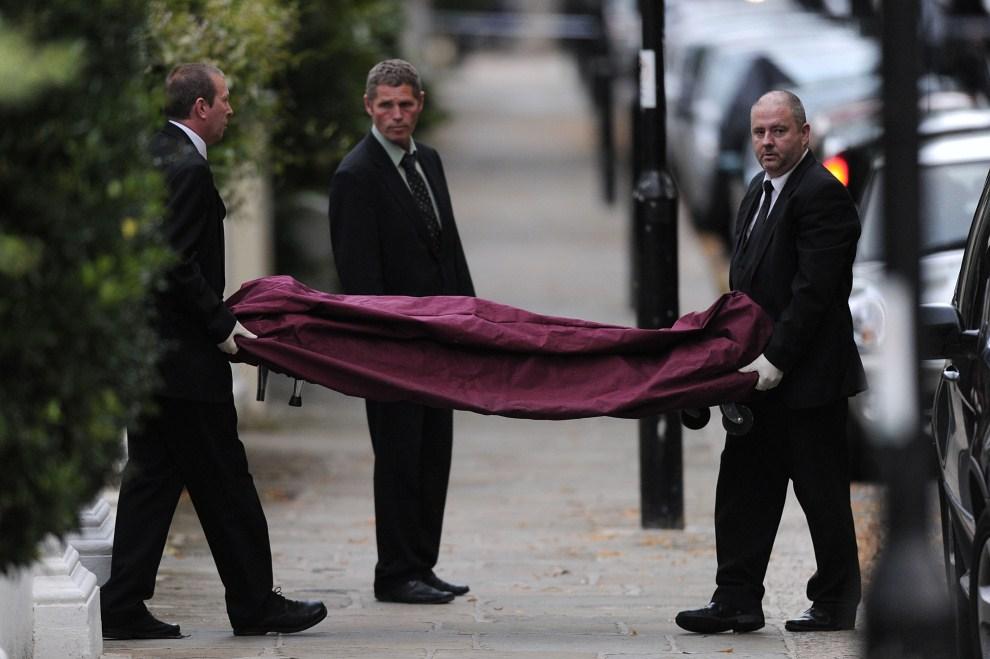 25. WIELKA BRYTANIA, Londyn, 23 lipca 2011: Ciało Amy Winehouse wynoszone z jej domu w Londynie. AFP PHOTO/CARL COURT