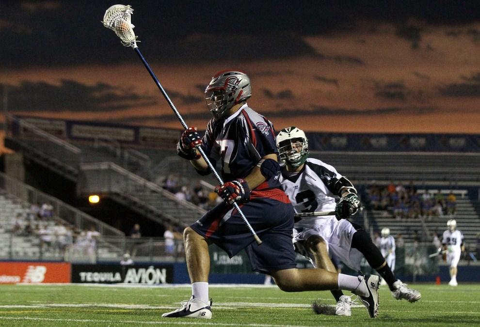25. USA, Uniondale, 16 lipca 2011: Brian Farrell z zespołu Boston Cannons bignie z piłką podczas meczu lacrosse. (Foto: Jim McIsaac/Getty Images)