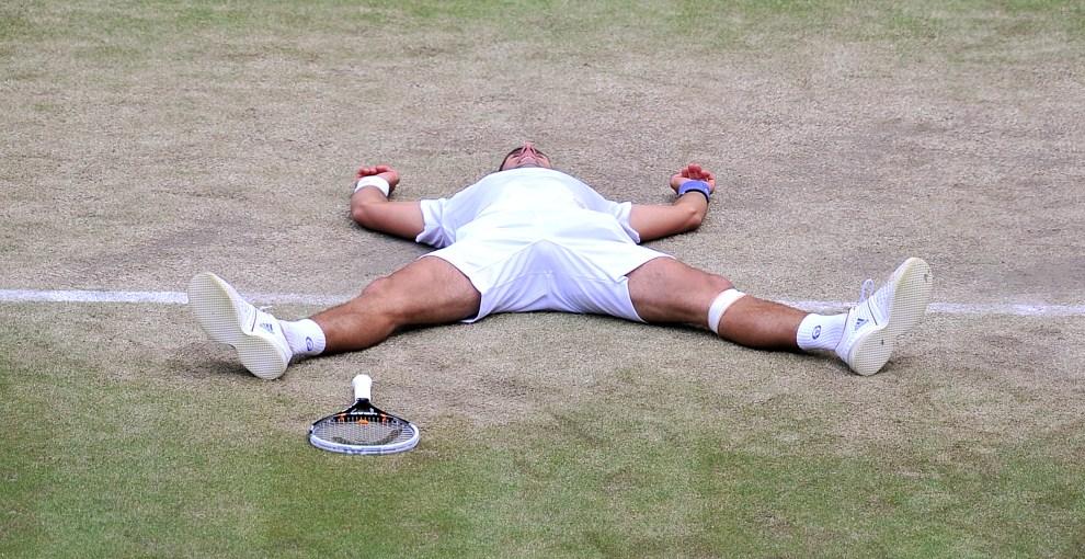 26. WIELKA BRYTANIA, Londyn, 1 lipca 2011: Novak Đoković cieszy się ze zwycięstwa w spotkaniu przeciw Jo-Wilfried Tsonga. AFP PHOTO / CARL DE SOUZA/POOL