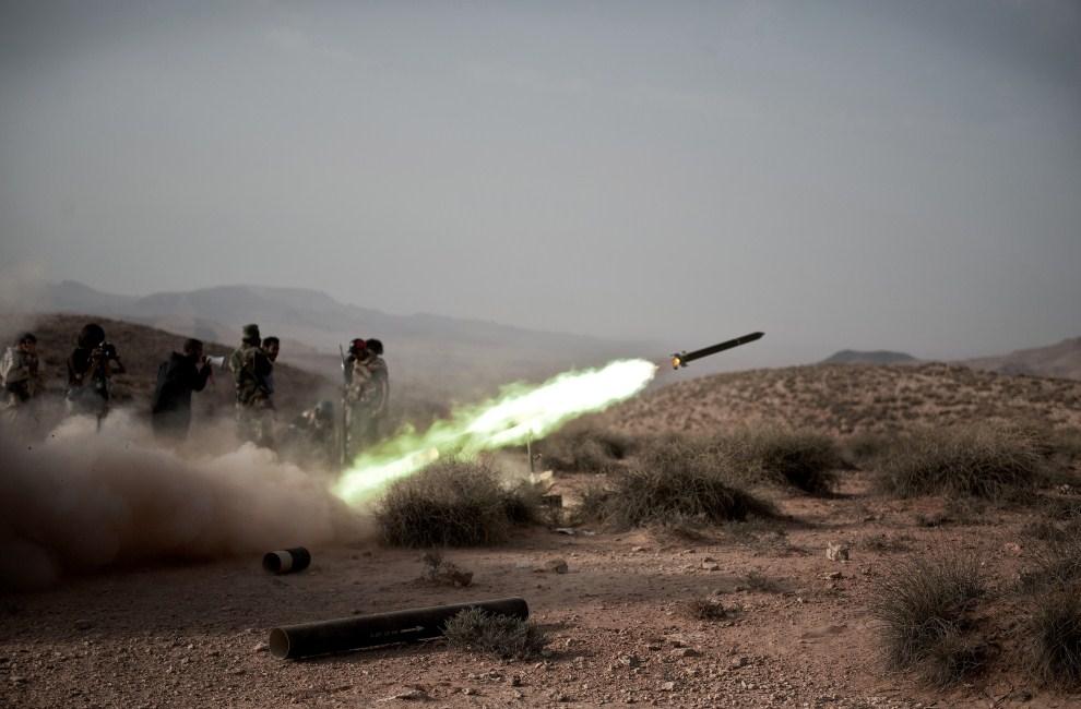 26. LIBIA, Gualisz, 24 lipca 2011: Libijscy rebelianci odpalają rakietę w kierunku pozycji wojsk rządowych. AFP PHOTO/COLIN SUMMERS
