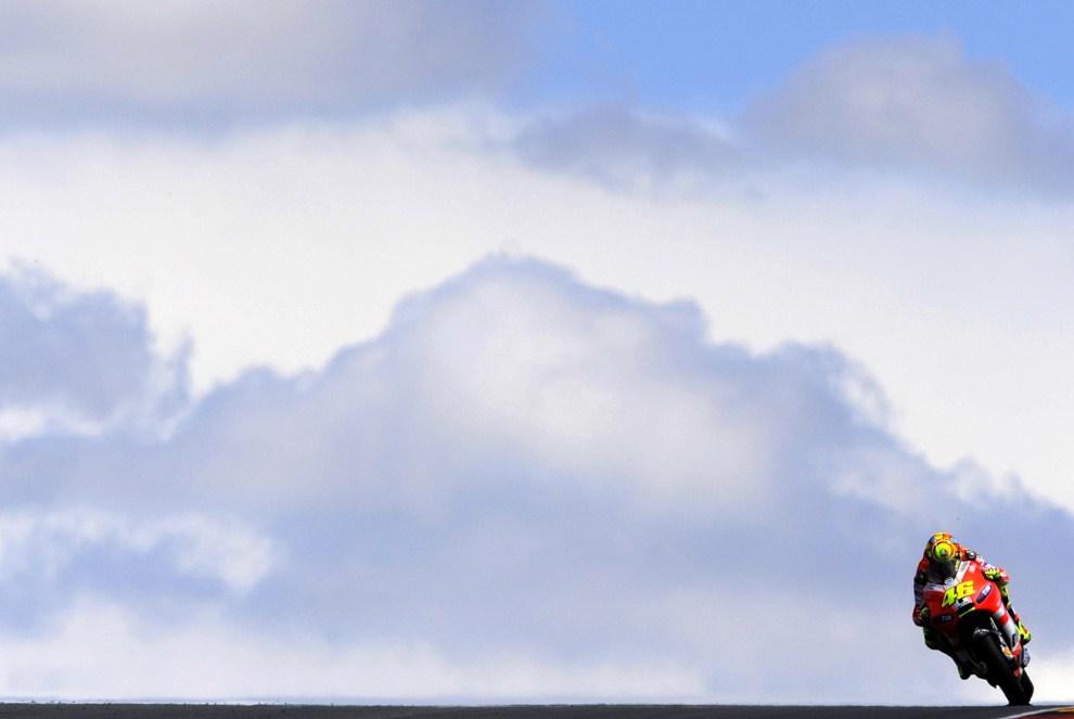 27. NIEMCY, Hohenstein-Ernstthal, 15 lipca 2011: Włoch Valentino Rossi na Ducati podczas treningu przed Moto Grand Prix na torze Sachsenring. AFP PHOTO / ROBERT MICHAEL
