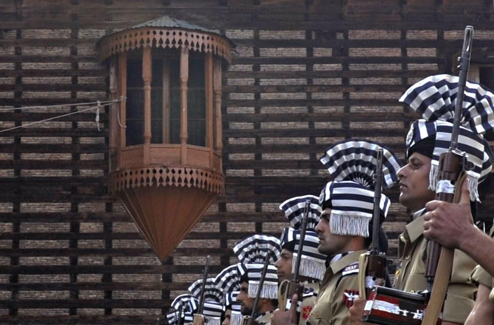 28. INDIE, Śrinagar, 13 lipca 2011: Indyjski oddział reprezentacyjny policji podczas defilady z okazji 80. rocznicy stłumienia zamieszek przez Maharadżę Hari Singha. AFP   PHOTO/Tauseef MUSTAFA