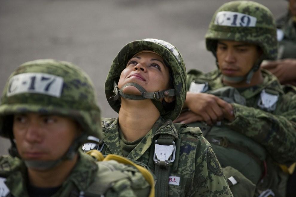 28. MEKSYK, Tecamac, 28 lipca 2011: Spadochroniarka patrzy w niebo przed oddaniem skoku. AFP PHOTO/ALFREDO ESTRELLA