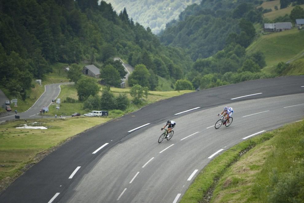 29. FRANCJA, Luz-Saint-Sauveur, 14 lipca 2011: Geraint Thomas (pierwszy z lewej) i  Jeremy Roy podczas próby ucieczki na dwunastym etapie. AFP PHOTO / LIONEL BONAVENTURE