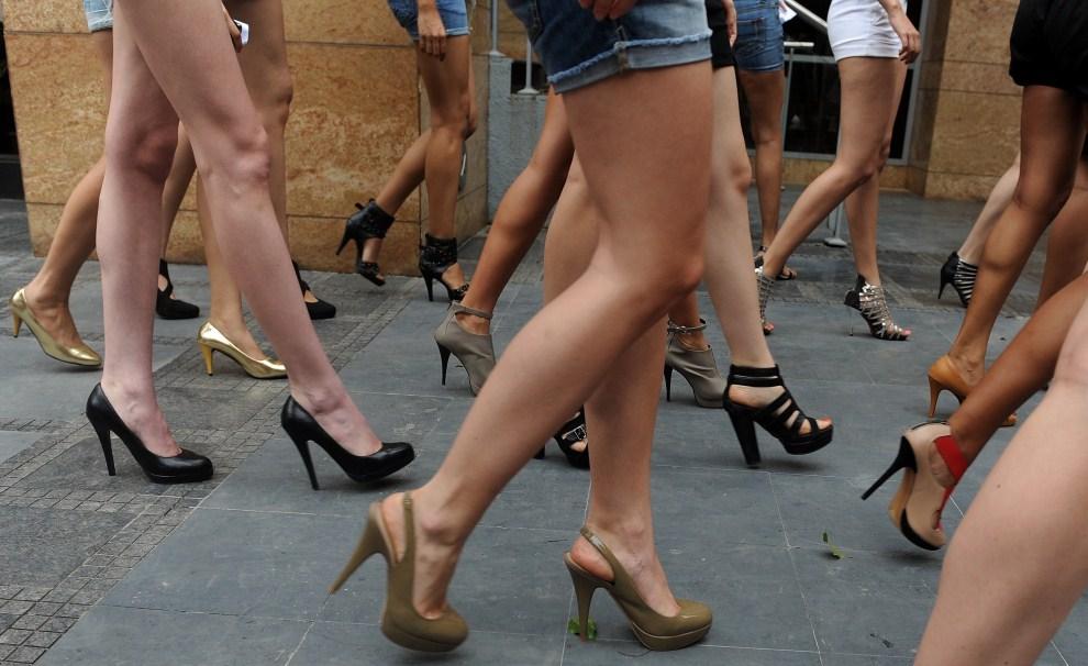 29. INDIE, Bombaj, 27 czerwca 2011: Grupa modelek wraca z próby przed rozpoczynającym się  Lakme Fashion Week. AFP PHOTO/Punit PARANJPE
