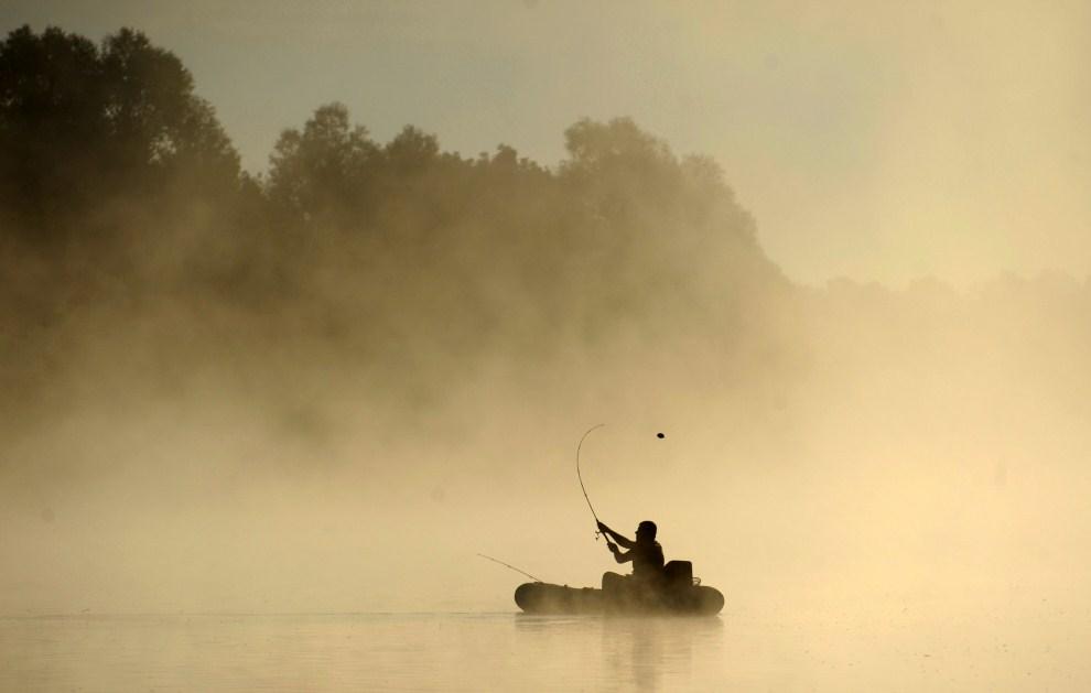 29. BIAŁORUŚ, Chenki, 24 lipca 2011: Wędkarz na rzece Soż podczas wschodu słońca. AFP PHOTO / KSENIYA AVIMOVA