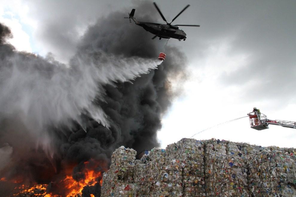 2. NIEMCY, Porta Westfalica, 1 lipca 2011: Gaszenie pożaru składu makulatury na jednym z wysypisk śmieci. AFP PHOTO HO / FEUERWEHR PORTA / MICHAEL HORST