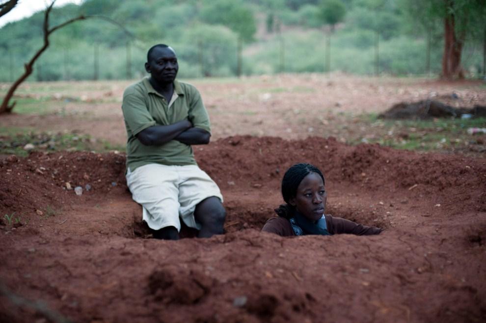 2. SUDAN, Nuba, 30 czerwca 2011: Pracownicy jednej z agencji niosących pomoc ludności Sudanu, chronią się przed nalotem sił rządowych. AFP PHOTO/PHIL MOORE